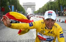 Carlos Sastre in yellow