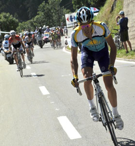 TDF09 stage 15 - Contador attacks on the mountaintop finish to win and take yellow