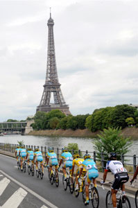Team Astana lead victorious Alberto Contador into Paris