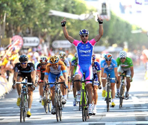 Alessandro Petacchi out-sprints the field to claim another TDF stage