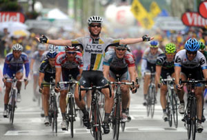Mark Cavendish wins a bunch sprint to take stage 11