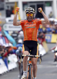Samuel Sanchez attacks on the final climb to win stage 12!