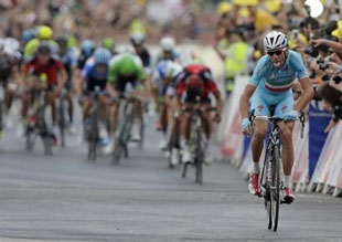 Vincenzo Nibali attacks to win