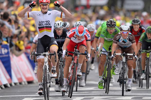 Andre Greipel outsprints the field to win stage 6