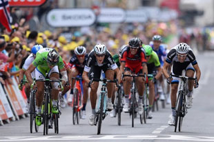 Matteo Trentin nips Peter Sagan at the finish of stage 7