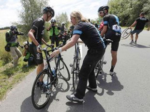 Chris Froome crashes out in stage 2