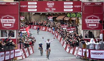 Fabian Cancellara wins Strade Bianca in the Plazzo del Siena